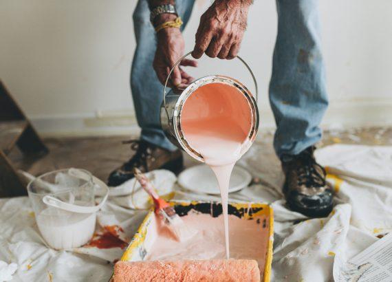 Pastelkleur als verf op de muur in het interieur