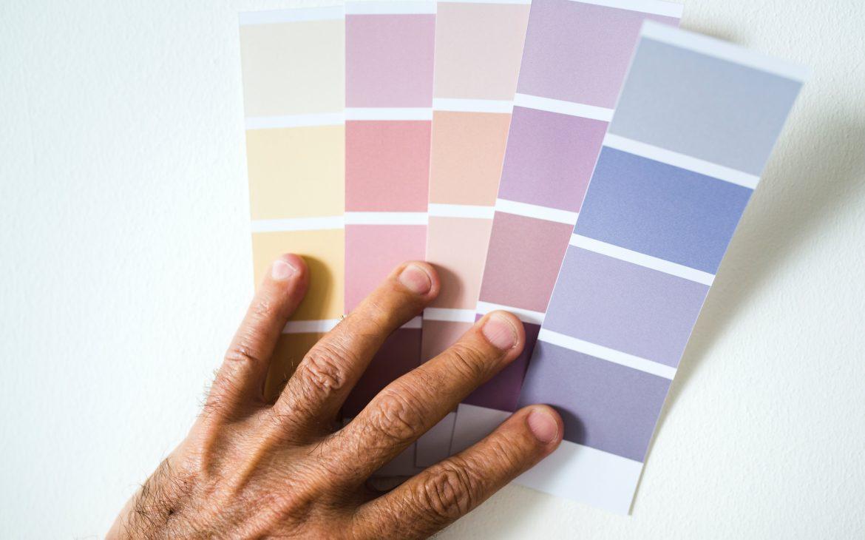 Veschillende verfkleuren in pastelkleuren. Geel, roze, paars, oranje en blauw. Zachte kleuren in pastelkleur