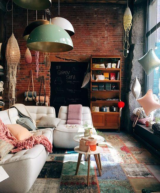 Bohemian Interieur met brickwall bank met kast en kleuren