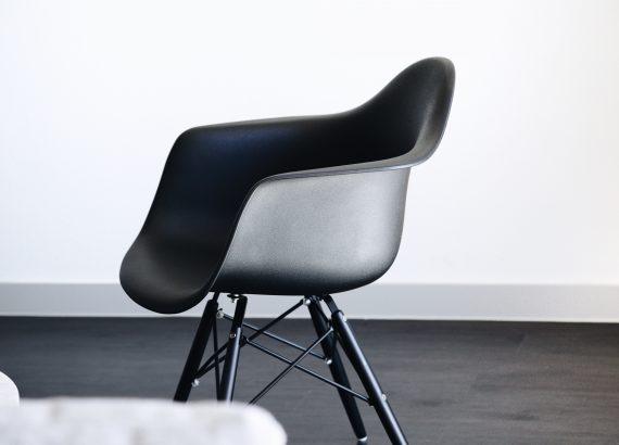 Zwarte stoel met witte achtergrond