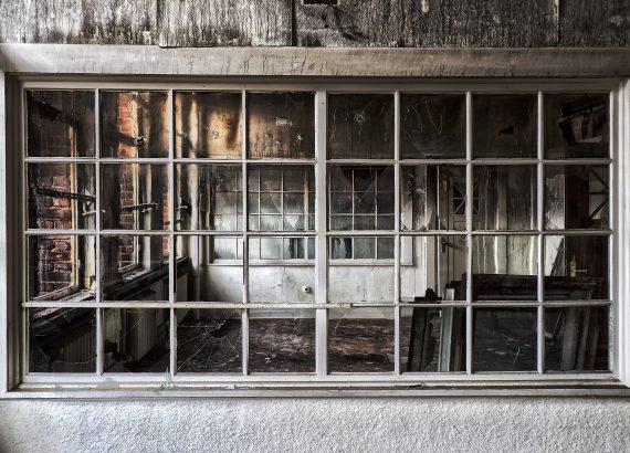 industrieel raam met grijze kozijnen
