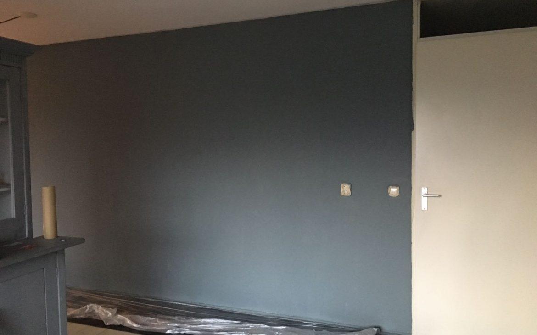 Effen blauwe muur, de basis kleur voor een blauw betonlook muur