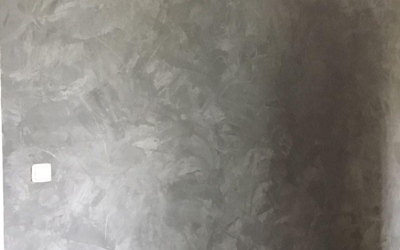 Vegen met een plakspaan voor een betonlook effect te krijgen. Zo krijg je een betonlook muur