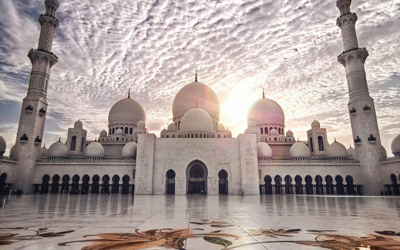 Moskee in Abu Dhabi, gebruik van marmer in en rondom moskee