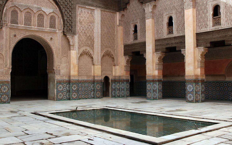Een riad van de oosterse cultuur, met gebruik van marmer in architectuur