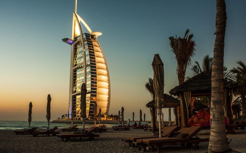 Burj al Arab, luxe hotels  in Dubai met strand en verlichting.