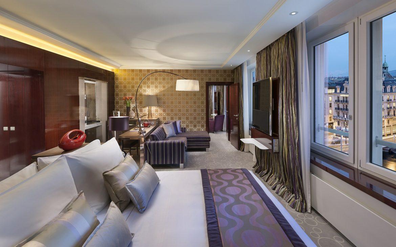 Slaapkamer luxe en groot bed, uitzicht op stadszijde in hotels