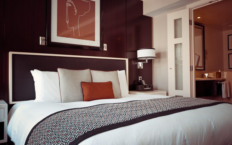 Slaapkamer met straks opgemaakt bed met schuifdeuren naar de andere kamers in hotels