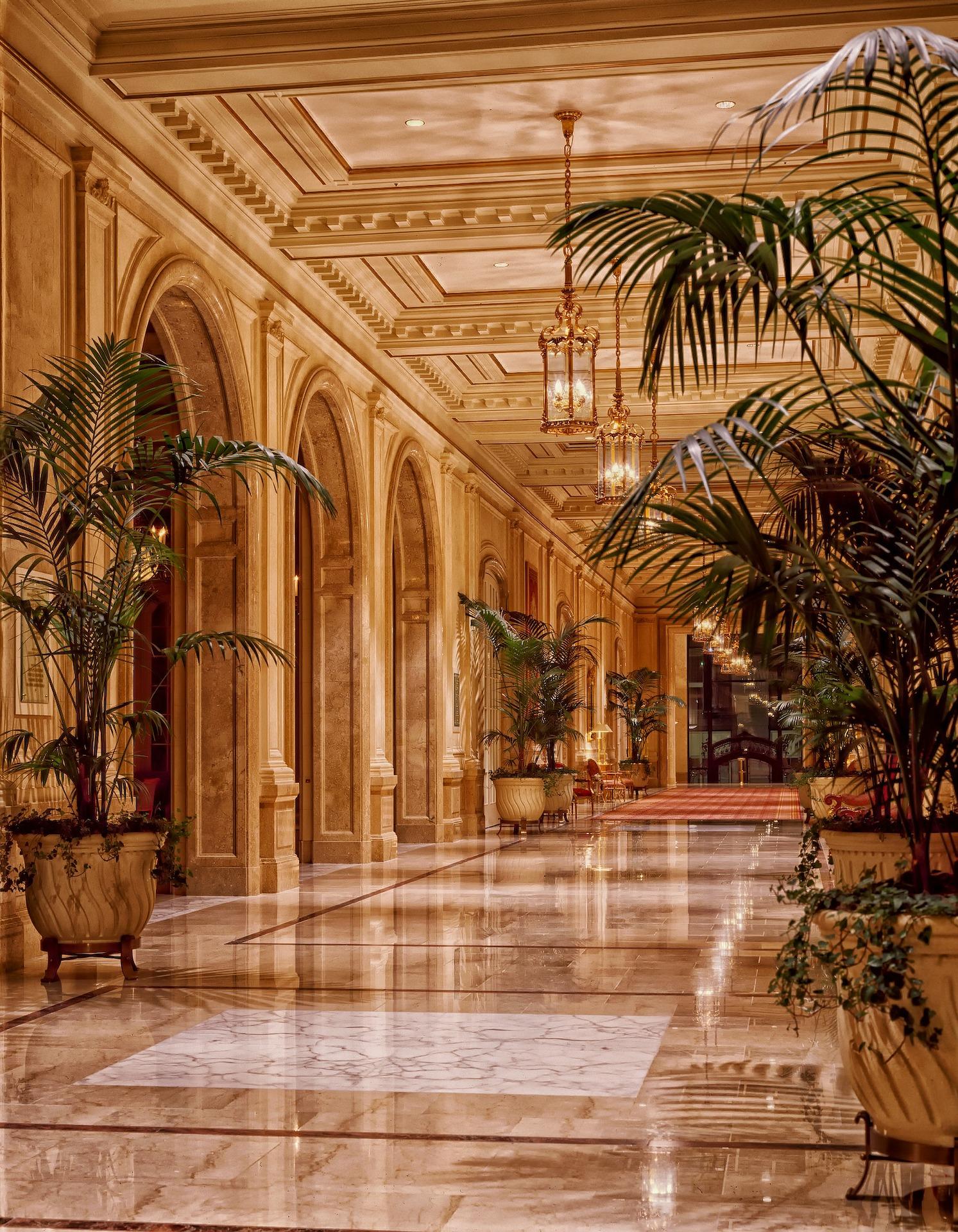 Entree van hotels van de Sheraton keten, hoge plafonds, planten en veel marmer